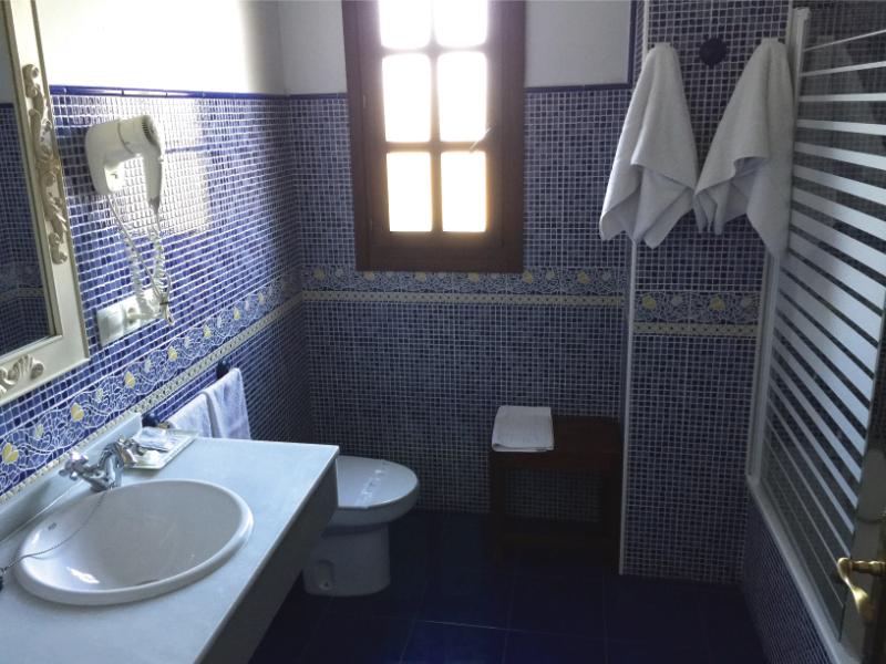 https://miradordedeva.com/wp-content/uploads/2018/01/Hotel-Mirador-Deva-bano1.png